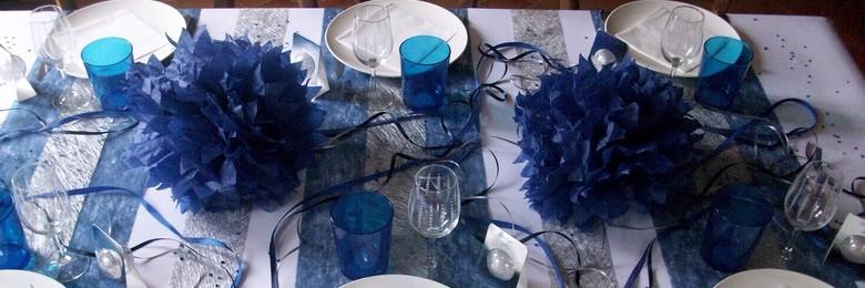décoration de table de fêtes de fin d'année en bleu et argent.