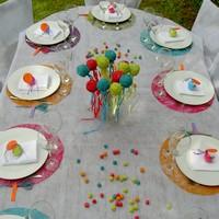 Id es de d coration de table pour un bapt me multicolore - Set de table multicolore ...
