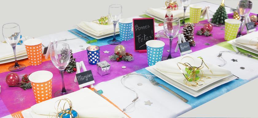 decoration de table de fêtes de fin d'année multicolore à pois.