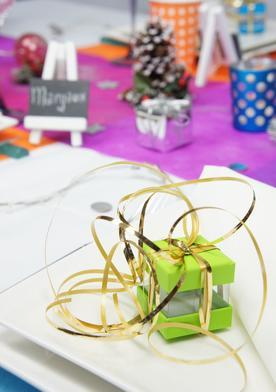 boite à dragées vert et bolduc doré pour decoration de table.