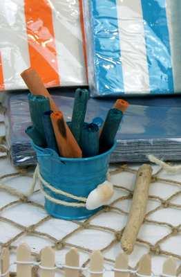 Mini seau bleu et baton de canelle coloré.