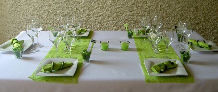 decoration de table blanche et vert anis