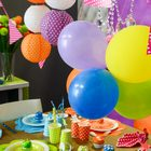 Une decoration de table a pois multicolores ideal pour un anniversaire ou un bapteme.