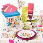 Décoration de table pétillante pour un joyeux anniversaire enfant multicolore.