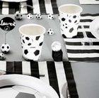 Décorez votre table comme un terrain de foot en noir et blanc.