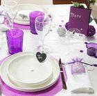 Bougie, verres, set de table et decoration couleur violette