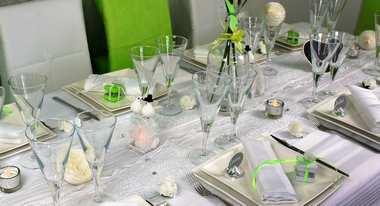 Des idées de décoration de table mariage blanc et vert anis.