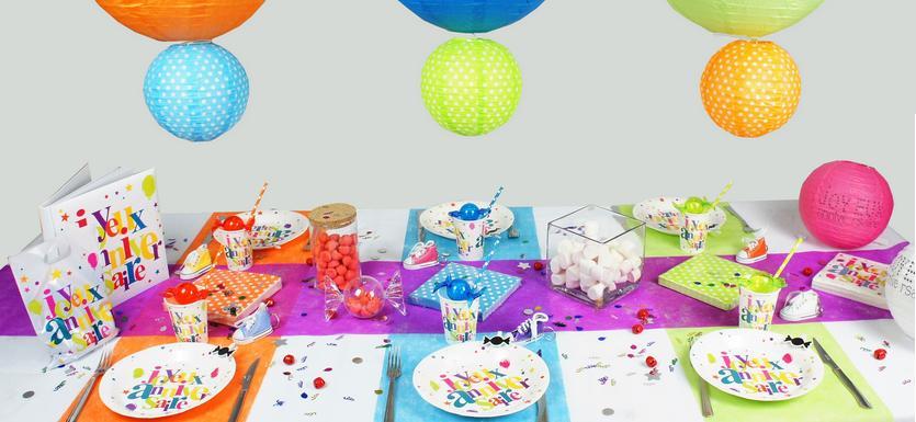 Articles de décoration de table anniversaire à pois multicolore.