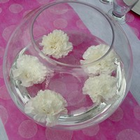 Bocal et fleurs de decoration de table bapteme.