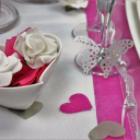 Decoration de table romantique, coeurs roses, fleurs et papillons.