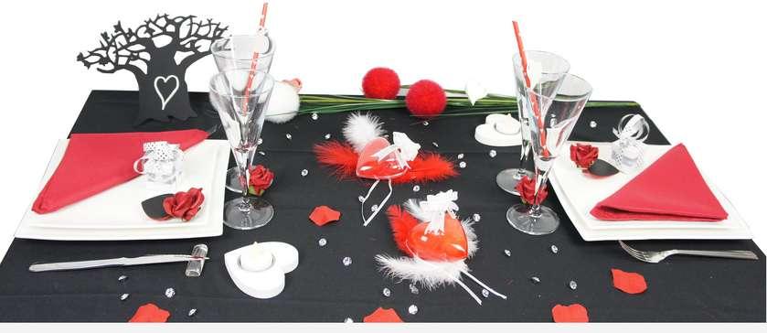 Idée de deco de table saint valentin rouge et noir.