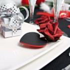 Déco de table saint valentin, roses et marques places coeurs en rouge et noir