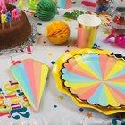 Vaisselle jetable multicolore pour anniversaire enfant..