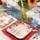 Décoration multicolore arlequin pour cette déco de table de fêtes.