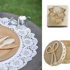 Articles de décoration de table de baptême kraft et dentelle vintage.