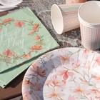 Fleurs et feuillages colorés pour ces articles de tables de fêtes.