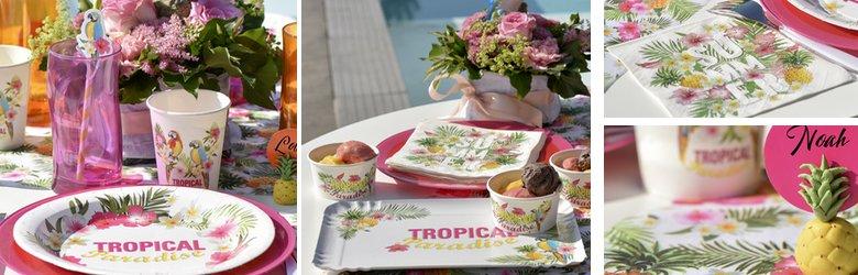une décoration de table tropicale multicolore, fleurs et perroquets.
