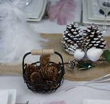 decoration de table de fetes | panier et pommes de pins