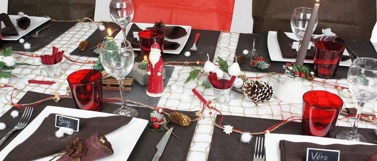 decoration de table de noël thème nature, rouge et chocolat.