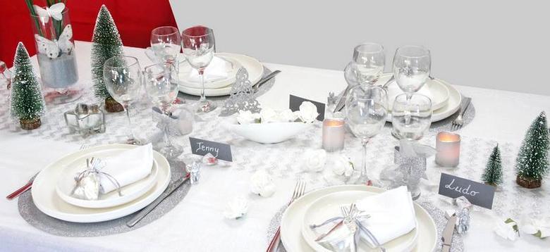 deco de table de noël et reveillon en blanc et argent paillete.